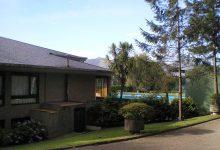 Edificio sede deportiva, fachada lateral y piscina al fondo