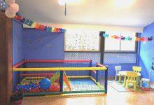 Zona infantil con parte y mesa para niños al fondo