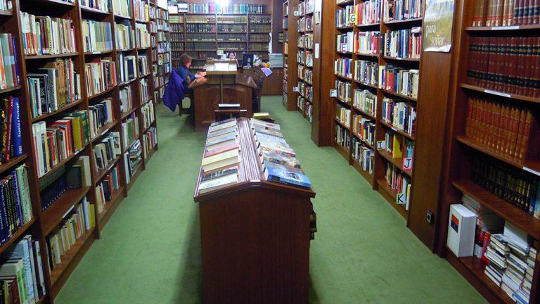 La biblioteca desde la puerta