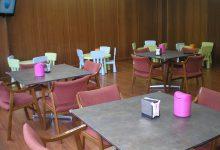 Sala infantil con mesas de colores