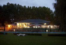 Edificio Sede Deportiva con piscina imagen nocturna