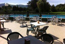 Terraza del bar restaurante con piscina al fondo