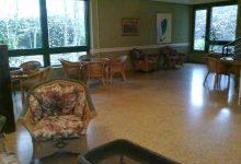 Salón con sillones y mesas en sede deportiva